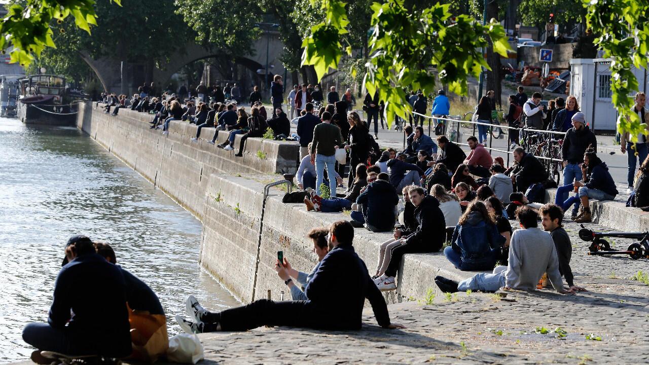 Decenas de personas se reunieron en las orillas del Sena en París, el 11 de mayo de 2020, el primer día de desconfinamiento en Francia.