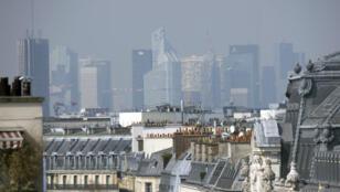 La Défense, le quartier des affaires à Paris, sous un épais nuage de pollution, fin 2014.