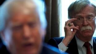 El asesor de seguridad nacional, John Bolton, escucha mientras el presidente de los Estados Unidos, Donald Trump, celebra una reunión de gabinete en la Casa Blanca en Washington, Estados Unidos, el 9 de abril de 2018. Foto de archivo.