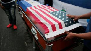 Los manifestantes junto al ataúd que contiene el cuerpo de Eddy Montes, durante su funeral en Matagalpa, Nicaragua , el 19 de mayo de 2019.
