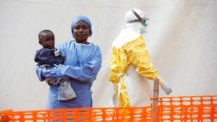 Mwamini Kahindo, soignante et survivante du virus Ébola, devant un centre de soins à Butembo, le 25 mars 2019.