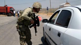 Un soldat turc à un checkpoint à Diyarbakir le 26 juillet 2015.