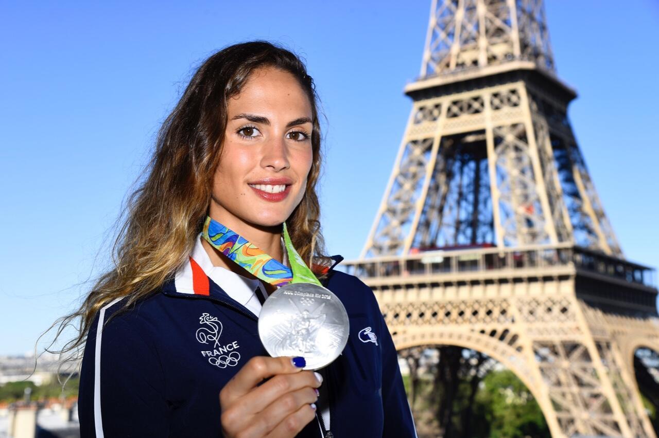 Elodie Clouvel frente a la torre Eiffel el 23 de agosto de 2016 en París.