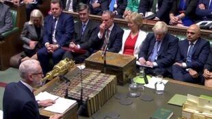 El líder de la oposición, Jeremy Corbyn, se enfrenta al Gobierno de Boris Johnson en la sesión que ha reabierto el Parlamento británico, en Londres, Reino Unido, el día 25 de septiembre de 2019.