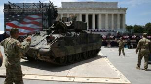 """Miembros del Ejército de EE. UU. Estacionan un vehículo de combate Bradley frente al Lincoln Memorial antes de la celebración del """"Saludo a los Estados Unidos"""" del 4 de julio en Washington, DC, el 3 de julio de 2019."""