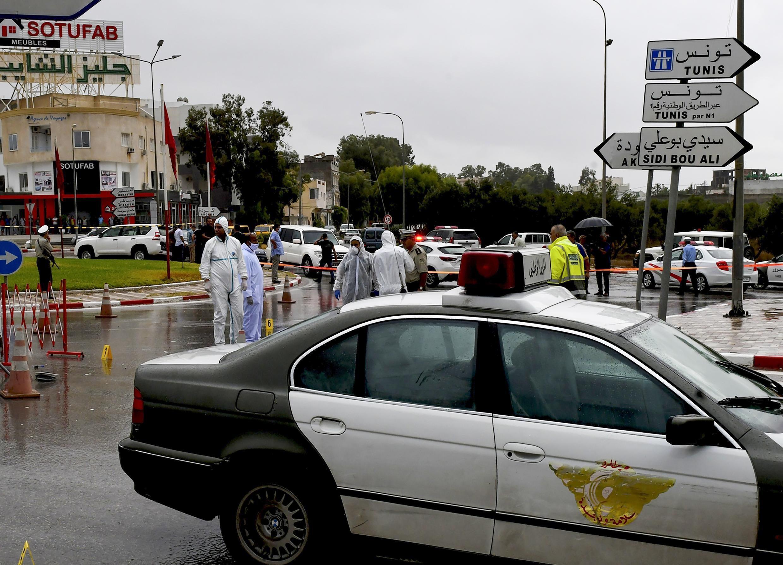 الشرطة التونسية تطوق مكان تعرض دورية أمنية لاعتداء إرهابي في وسط سوسة السياحية.
