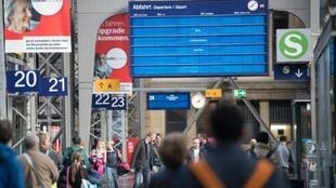 لوحة عرض إلكترونية تحيل الركاب في محطة قطارات فرانكفورت إلى جداول غير رقمية في 13 أيار/مايو 2017