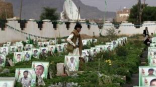 يمنيون يزورون مقبرة خلال عيد الفطر 6 يوليو 2016