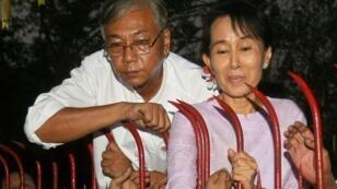 هتين كياو رئيس بورما المنتخب مع أونغ سان سو تشي زعيمة حزب الرابطة الوطنية الديمقراطية