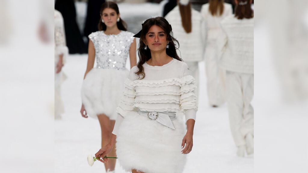 Penélope Cruz presenta una creación del diseñador Karl Lagerfeld en el Grand Palais durante la Semana de la Moda en París el 5 de marzo de 2019.