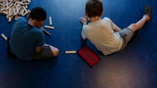 Le texte voté par le Sénat français, mardi 2 juillet, vise à protéger les enfants contre les violences du quotidien.