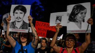 Des manifestants brandissent des portraits de personnes tuées ou disparues durant la dictature militaire au Brésil, le 31mars2019.