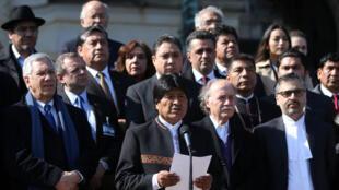 El presidente boliviano, Evo Morales, acompañado por su equipo legal, habla con periodistas en La Haya, Holanda, 26 de marzo de 2018.