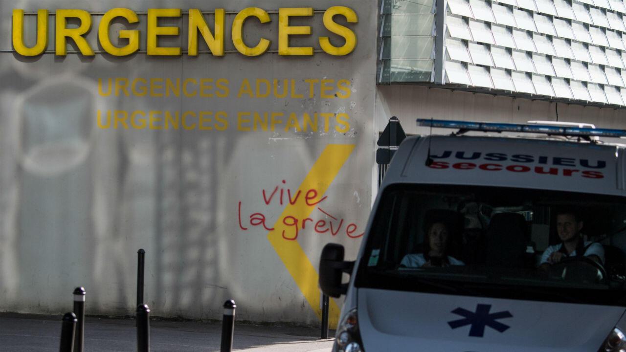 """""""Vive la grève"""" sur le mur aux services des urgences à Nantes le 27 aout 2019."""