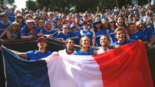 Le Français Lucas Pouille (au centre) et ses coéquipiers célèbrent la qualification de la France pour les demi-finales de la Coupe Davis.