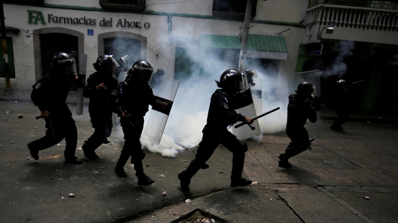 Un grupo de policías antidisturbios tratan de controlar una protesta contra el presidente Juan Orlando Hernández en Tegucigalpa, Honduras, el 6 de agosto de 2019.