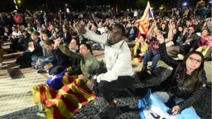 Des partisans de l'indépendance catalane se sont rassemblés sur la place de Catalogne dans l'attente des résultats, dimanche 1er octobre.