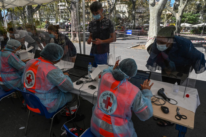 Une campagne de test de Covid-19 menée par la Croix-Rouge à Montpellier, dans le sud de la France.
