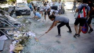 متطوعون لبنانيون ينظفون شوارع العاصمة اللبنانية في 5 آب/أغسطس 2020 بعد الانفجار الهائل الذي دمر مرفأ بيروت