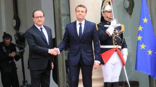 الرئيس الجديد إيمانويل ماكرون إلى جانب سلفه فرانسوا هولاند