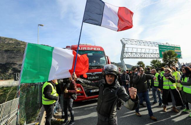 Los manifestantes del chaleco amarillo se congregan el 22 de diciembre de 2018 en la ciudad fronteriza de Ventimiglia, un foco persistente de tensión entre Italia y Francia sobre la crisis migratoria.