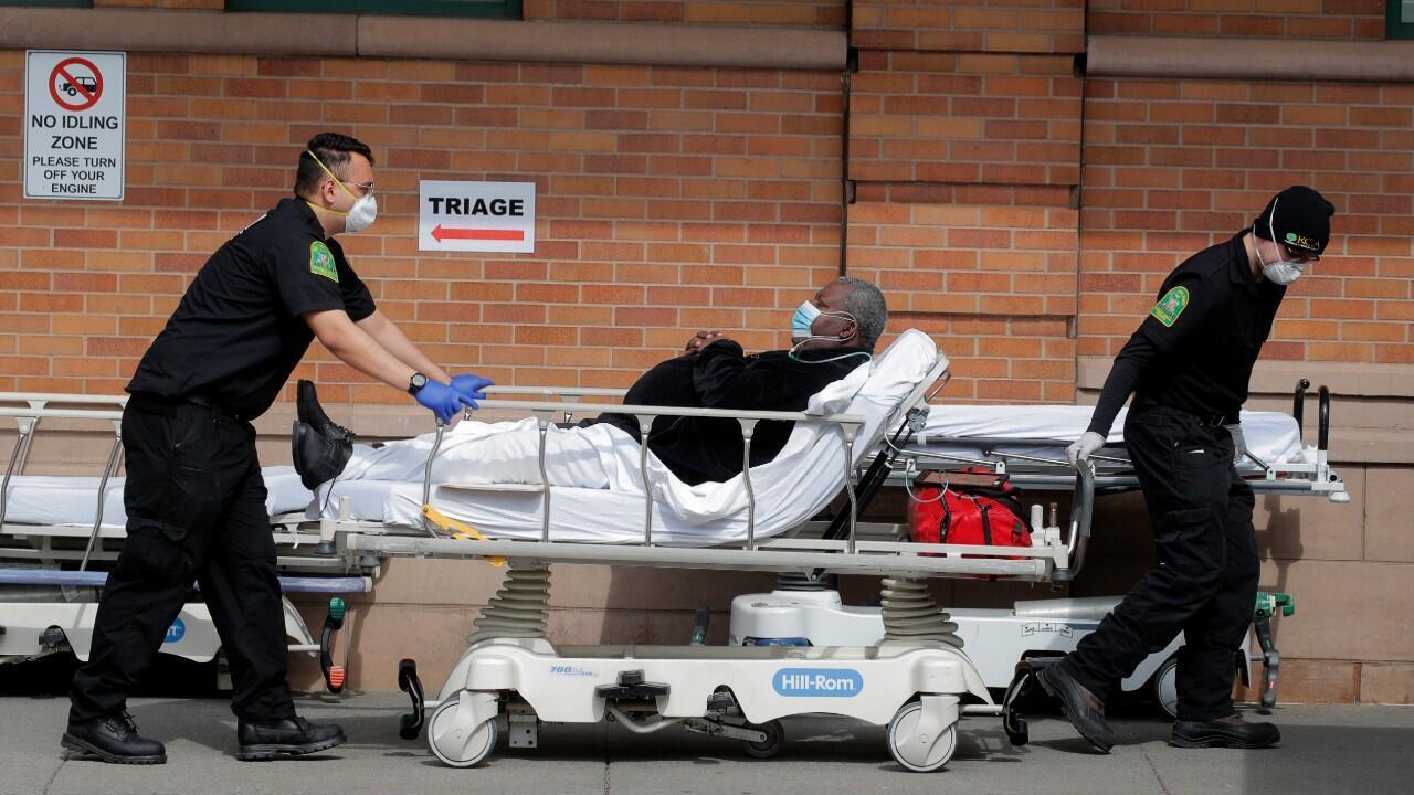 Paramédicos transportan a un paciente con Covid-19 a un centro asistencial de la ciudad de Nueva York. 7 de abril de 2020.