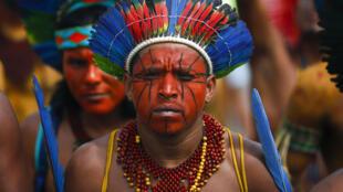 Des chefs indigènes et membres de tribus d'Amazonie manifestent à Brasilia le 11 mars 2020