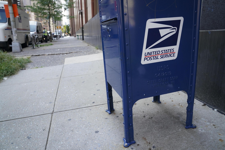Une boîte aux lettres de la poste américaine (USPS) à côté de la station de Canal Street à New York, le 17 août 2020.