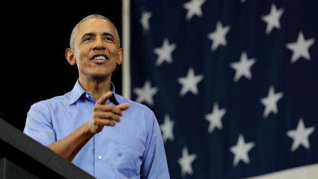 El expresidente de los EE. UU., Barack Obama, habla durante un mitin de campaña por los candidatos demócratas Tony Evers y la senadora Tammy Baldwin, en la Escuela Secundaria North Division en Milwaukee, Wisconsin, EE. UU., el 26 de octubre de 2018.