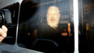 El fundador de WikiLeaks, Julian Assange, en una camioneta de la Policía británica luego de ser detenido en la Embajada de Ecuador en Londres el 11 de abril de 2019.