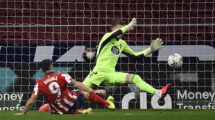 L'attaquant uruguayen de l'Atlético de Madrid, Luis Suarez, marque son second but lors du match de Liga contre le Celta Vigo, à Madrid, le 8 février 2021