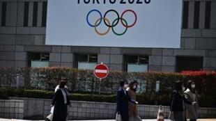 Una pancarta con el logotipo de los Juegos Olímpicos de Tokio, fotografiada en la capital japonesa el 26 de marzo de 2020