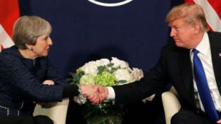 El presidente de EE. UU., Donald Trump, estrecha la mano de la primera ministra de Gran Bretaña, Theresa May, durante la reunión anual del Foro Económico Mundial. Imágen de archivo.