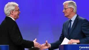 Le ministre du Brexit David Davis (gauche) et le négociateur en chef de l'Union européenne pour le Brexit Michel Barnier en conférence de presse à Bruxelles, le 12 octobre 2017.