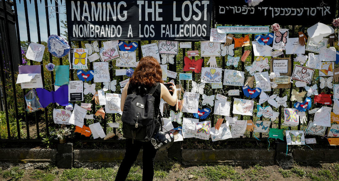 Una mujer fotografía un monumento conmemorativo para quienes murieron víctimas del coronavirus. Nueva York, EE. UU., el 27 de mayo de 2020.