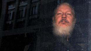 El fundador de WikiLeaks, Julian Assange, es visto cuando sale de una estación de policía en Londres, Gran Bretaña, el 11 de abril de 2019.