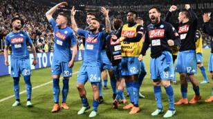 Le SC Napoli célèbre sa courte mais précieuse victoire contre la Juventus Turin.