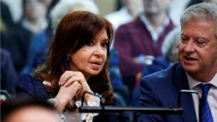 La ex presidenta argentina, Cristina Fernández de Kirchner, habla con su abogado, Carlos Beraldi, en un tribunal antes del inicio de un juicio por corrupción, en Buenos Aires, Argentina , 21 de mayo de 2019.