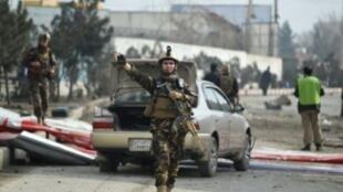 رجال أمن أفغان في موقع انفجار وقع في 02 آذار/مارس 2018 في كابول