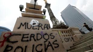 """El monumento al Ángel de la Independencia un día después de la protesta llamada """"No me protegen, me violan"""" en la Ciudad de México, México, el 17 de agosto de 2019."""