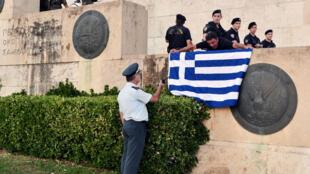 Un drapeau grec déplié devant le parlement d'Athènes, juillet 2015