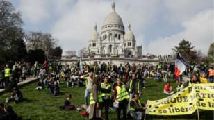 Les Gilets jaunes manifestant à Paris se sont rassemblés à Montmartre, samedi 23 mars.