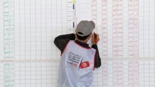 عضو في الهيئة المكلفة بتنظيم الانتخابات البلدية في تونس يحصي نتائج في السابع من أيار/مايو 2018