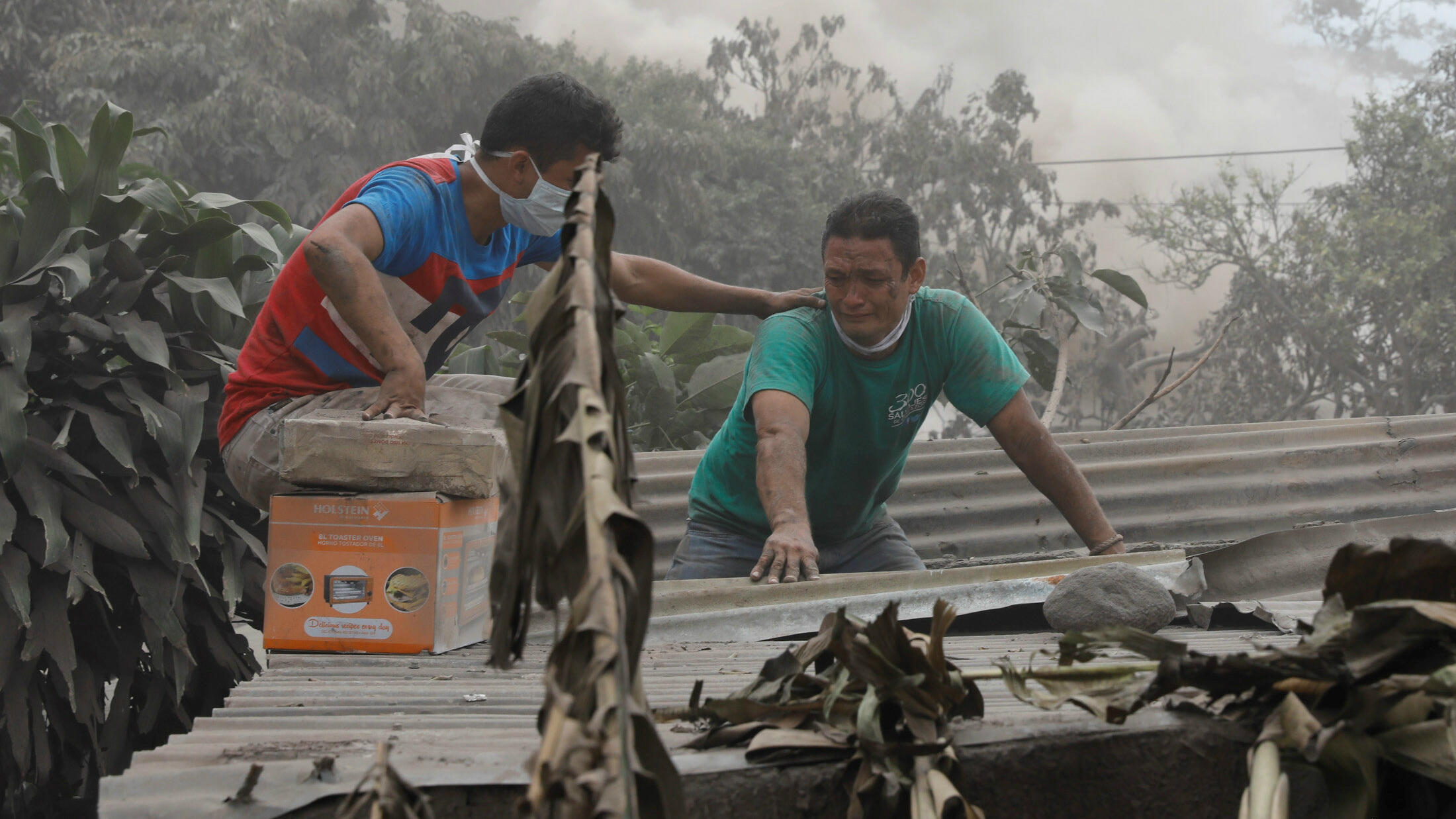 Walter Amilcar García, de 42 años, reacciona al visitar su casa dañada después de la erupción del Volcán Fuego en El Rodeo, Escuintla, Guatemala el 6 de junio de 2018.