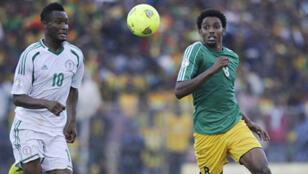 Le capitaine nigérian John Obi Mikel à la lutte avec un Ethiopien