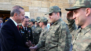 Le président Erdogan serre la main du chef d'état-major Hulusi Akar, le 19 mai 2016.