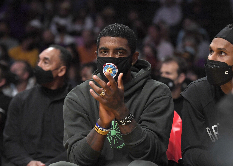 Kyrie Irving soutient son équipe depuis le banc lors d'un match de pré-saison contre les Lakers, le 2 octobre 2021 à Los Angeles, en Californie