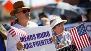 Una persona protesta en rechazo a la construcctión de un muro entre Estados Unidos y México. Texas, 22/09/18