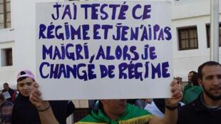 La pancarte appelant à un changement de régime est apparue lors de la manifestation du 15 mars à Alger.