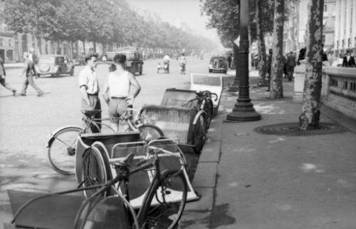 Des vélos taixs sur les Champs Élysées en 1942. (Crédit :  ww2gallery/FlickR)